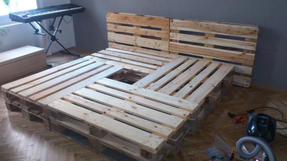 bett aus paletten kosten schlafen holz. Black Bedroom Furniture Sets. Home Design Ideas