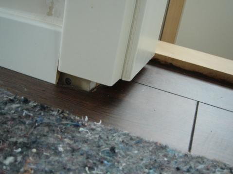fuge zwischen t rzarge und boden wie schlie en bauen handwerker. Black Bedroom Furniture Sets. Home Design Ideas