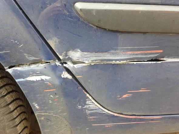 autounfall wie hoch ist der schaden sch tzungsweise bilder autos auto blechschaden. Black Bedroom Furniture Sets. Home Design Ideas