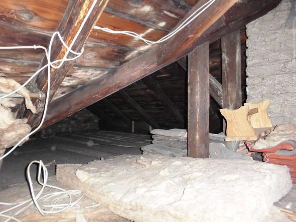 dachbodenbalken schwarz und feucht schimmel oder nicht haus dachboden. Black Bedroom Furniture Sets. Home Design Ideas