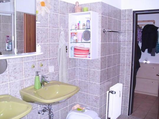 darf eine steckdose so nah am waschbecken sein. Black Bedroom Furniture Sets. Home Design Ideas
