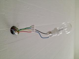 deckenlampe ber loch anbringen lampe handwerker schrauben. Black Bedroom Furniture Sets. Home Design Ideas