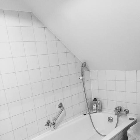 duschvorhang halterung f r dachschr ge die neuesten innenarchitekturideen. Black Bedroom Furniture Sets. Home Design Ideas