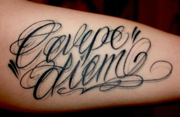 Geschwungene geschnörgelte tattoo schrift dringend online generator