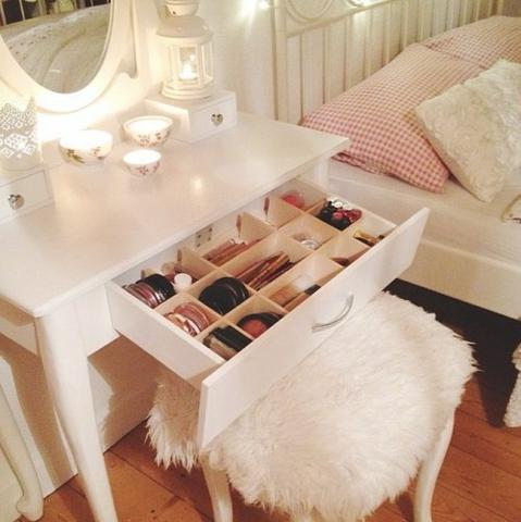 hilfe wo gibt es diesen schminktisch m bel. Black Bedroom Furniture Sets. Home Design Ideas
