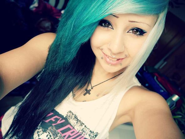 Alma Hasenclever: Dunkelbraune Haare Blau Farben