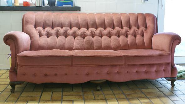kann jemand sagen ob mein sofa etwas wert ist altes rotes sofa barockstil biedermeier sofa. Black Bedroom Furniture Sets. Home Design Ideas