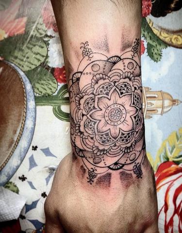 wie nennt man diese art tattoo tattoos. Black Bedroom Furniture Sets. Home Design Ideas
