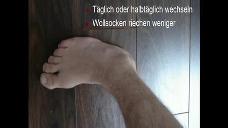 Die Sandaletten und gribok auf den Nägeln