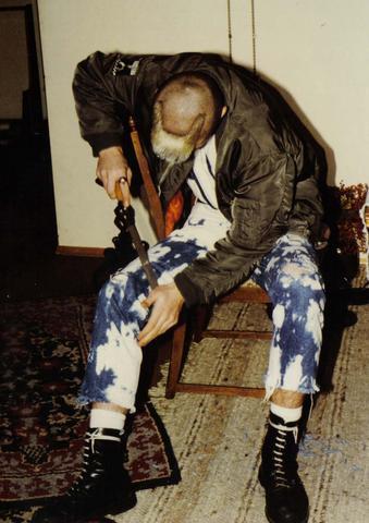 Hier ein Bild von einem freundlichen Herren, der seine Hose noch weiter bearbeit - (Mode, Kleidung, Klamotten)