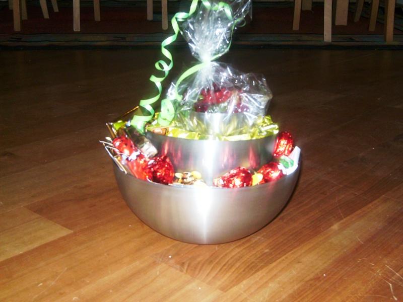 schöne Schüsseln , mit Süßigkeiten gefüllt und dazwischen war ...