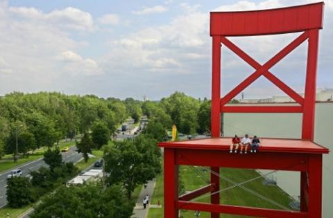 wie hoch ist der rote stuhl vun den xxxl m belh usern rekorde xxl m belh user. Black Bedroom Furniture Sets. Home Design Ideas