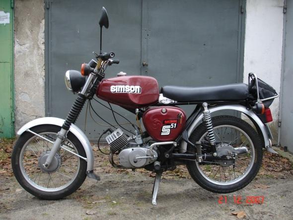 Quelle: »Simsons50« von Pan Sławek, Wikipedia. Lizenz: Free Art License - (Motorrad, Motorroller)