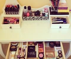 schminktisch welchen kosmetik schminke schminken. Black Bedroom Furniture Sets. Home Design Ideas