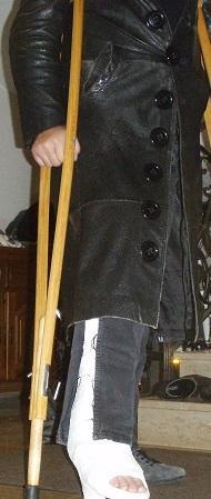 Gehgips mit Gehstollen und Mantel - (Beziehung, Mode, Freundin)