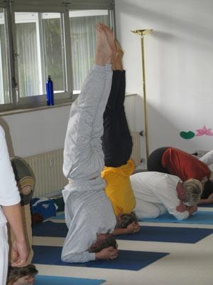 Bilduntertitel eingeben... - (Übelkeit, Yoga, Kopfstand)