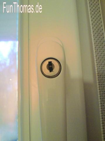 Fenstergriff mit abgezuogenem Schlüssel... - (Recht, Hausratversicherung, Versicherungsschutz)