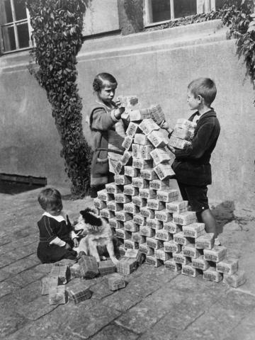 Kinder spielen mit Reichsmark. - (Geld, Geschichte, Wirtschaft)