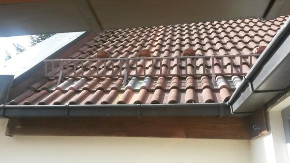 wie befestige ich eine plane als balkon berdachung an den dachrinnen balkon terrasse. Black Bedroom Furniture Sets. Home Design Ideas