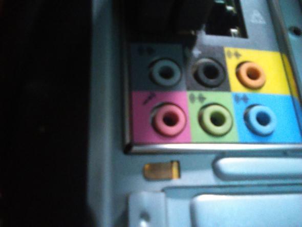 anschlüsse am Mainboard (im grünen kommt das aux kabel rein) - (Sound, Audio, Lautsprecher)