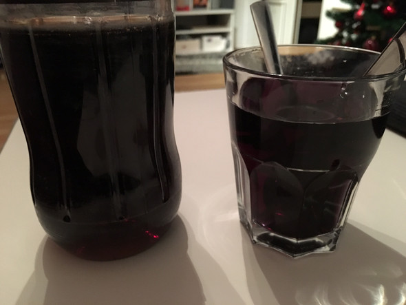 Links original Cola, rechts Wasser mit Lebensmittelfarbe. - (Alkohol, Farbe, Dekoration)