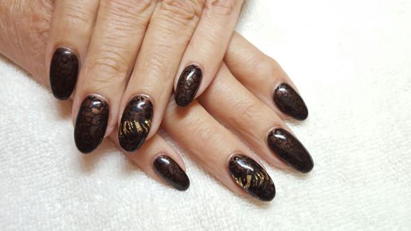 darkbrown mit Stamping schwarz u. Gold unterlegt an Daumen und Ringfinger - (Kosmetik, Nagellack, Nageldesign)