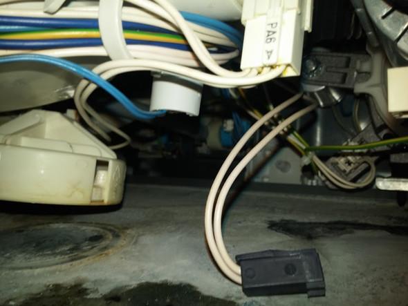 Die 2 dünne blaue kabeln gehen zu den Fühler - (Heizung, temperaturfuehler, spülmaschine whirpool)