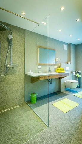 Wir Haben Ein OKAL Fertighaus Und Wollen Unser Bad Renovieren. Kann Man Die  Duschwände Mit Steinteppich Statt Mit Fliesen Gestalten?