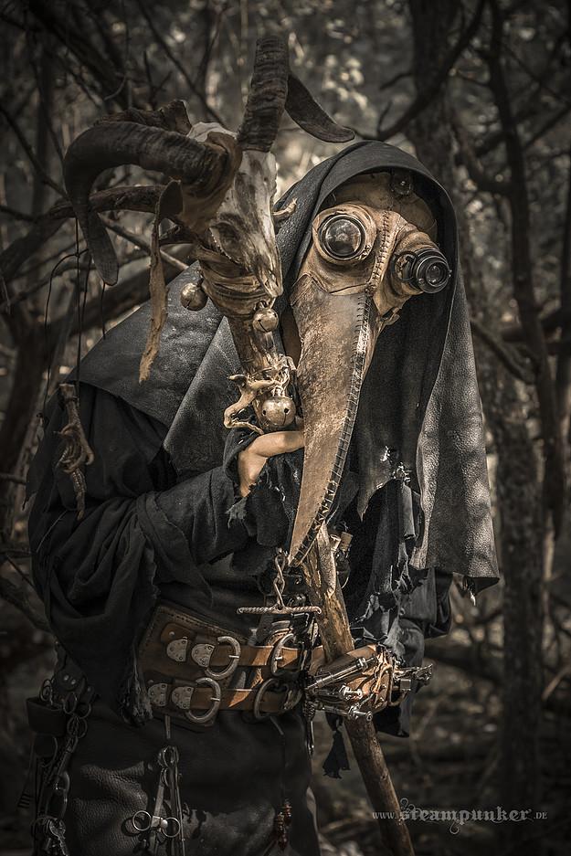 Die Maske des Hasen auf der Person des Kindes