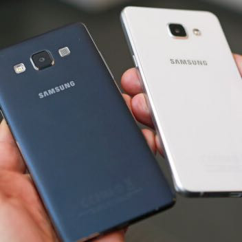 Links das alte A5 in Metall und Rechts das Neues A5 mit Glasrückseite  - (Handy, Smartphone, Elektronik)