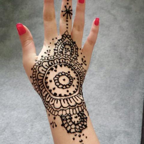 Sieht auch viel hübscher aus, finde ich... - (Beauty, Henna Tatoo)