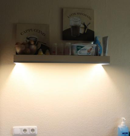wandregal von unten beleuchten mit led wie elektrik licht handwerk. Black Bedroom Furniture Sets. Home Design Ideas