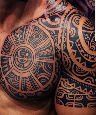 - (Kosten, Tattoo, Brust)