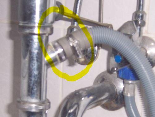 Ans Waschbecken und mit Klemme fixiert - (Waschmaschine, Anschluss)