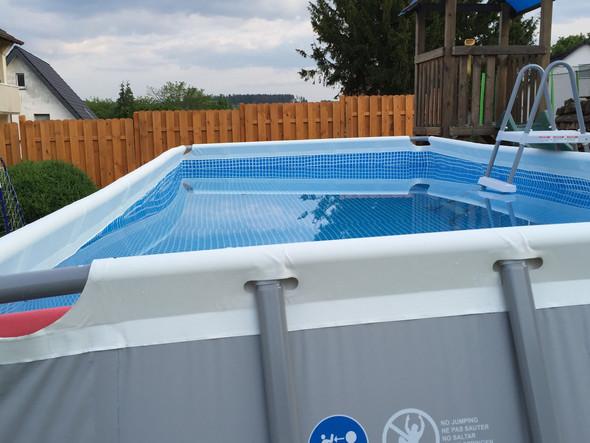 intex umtra frame pool steht schief schwimmen. Black Bedroom Furniture Sets. Home Design Ideas