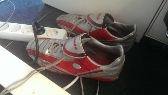 Ab der EM darf man auch ohne Schuhe zunächst weiterspielen. - (Fußball, Regel, Europameisterschaft)