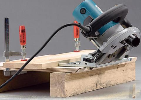 Mit einfachen Mitteln kann man so einen Anschlag selber bauen: Ein Stück Restholz oder eine Leiste auf das Werkstück klemmen & mit Zwingen befestigen. Klappt auch mit einer normalen Stichsäge! - (Handwerk, heimwerken, holzverarbeitung)
