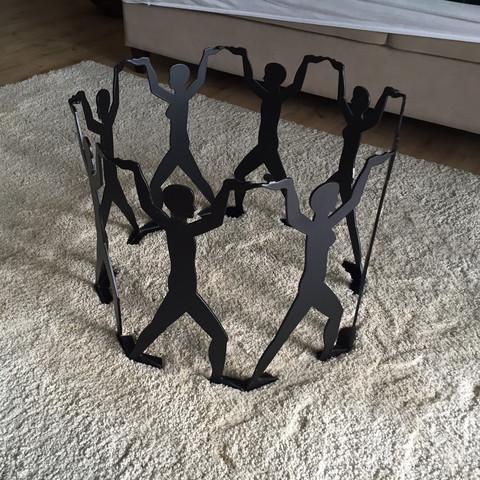 name von designertisch gesucht runder glastisch mit metallf en in form einer menschenkette. Black Bedroom Furniture Sets. Home Design Ideas
