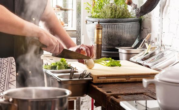 - (Küche, Holz, schneiden)