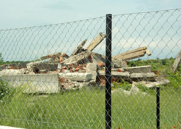 zerbombte Häuser am Straßenrand - (Kroatien, Bosnien, balkankrieg)