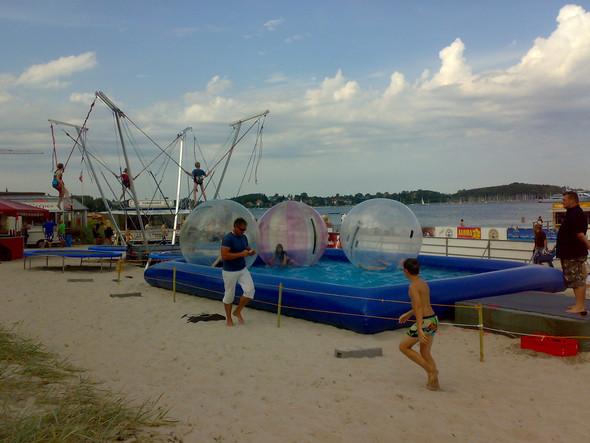 Bungeetrampolin und Waterzorbing am Strand - (Arbeit, Job, Jugendliche)