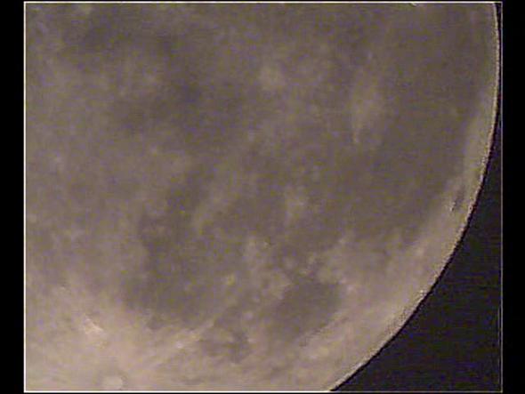 Die mondfinsternis durchs teleskop ansehen region cham