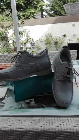 - (Schuhe, Sneaker, Bekleidung)
