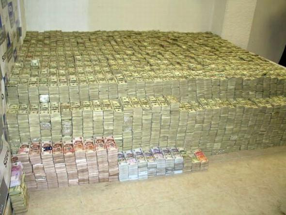 - (Geld, Euro, Zweihundert)