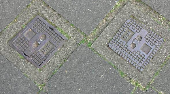 - (Stadt, Kanal, Architektur)