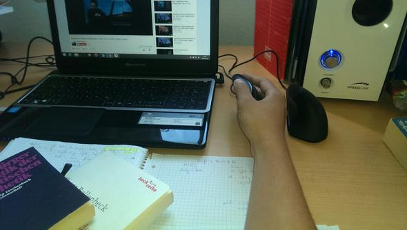 normale Maus / Zum Scrollen nehm ich sie gern seitlich in die Hand - (Computer, Gesundheit, Sport)