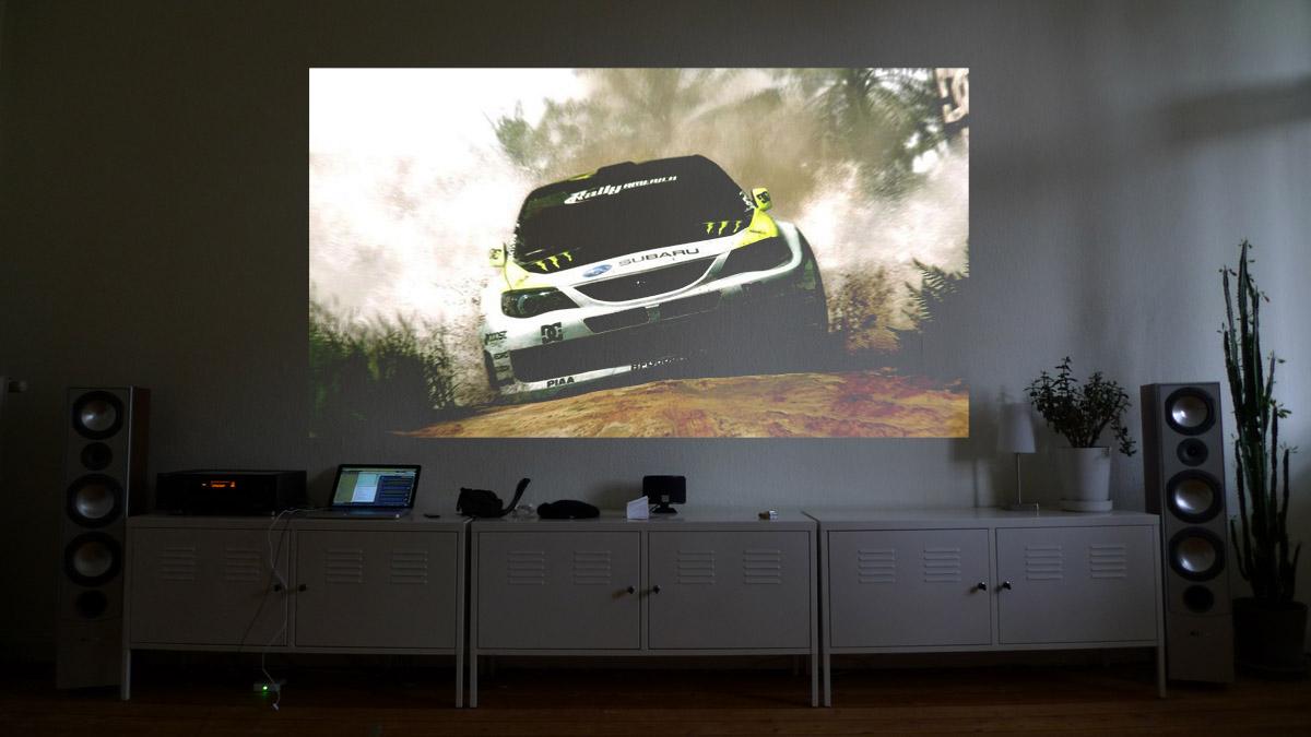 Leinwand oder wand streichen tv playstation beamer - Couchscreen leinwand ...