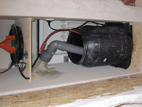 der wasserbehälter mit pumpe - (Technik, Zimmerbrunnen, Wasserwand)