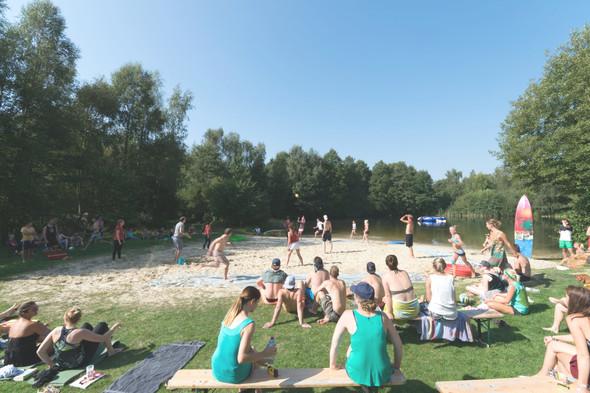 Der Strand während eines spannenden Color Games - (Urlaub, Ferien, Erwachsene)