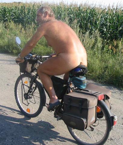 Mädchen nackt auf dem fahrrad